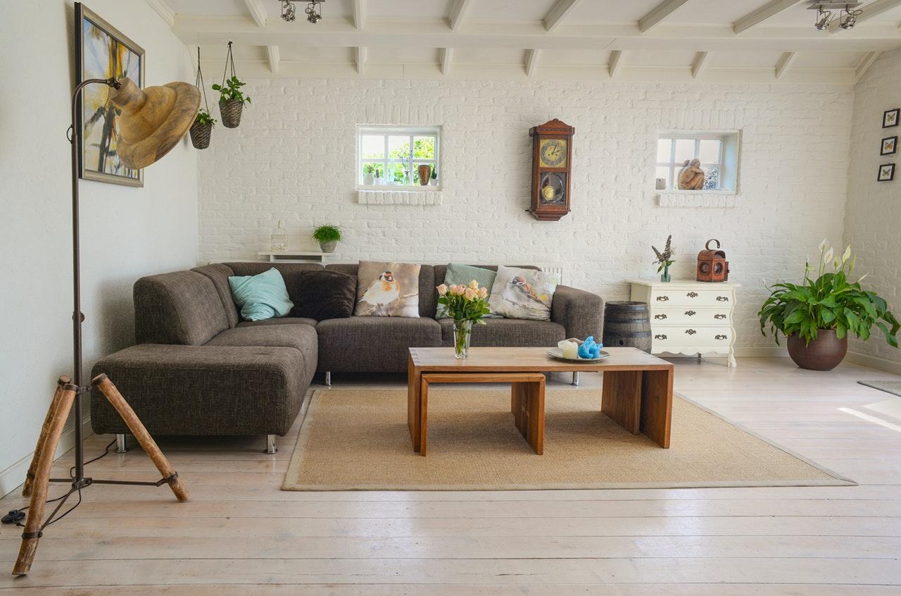 Photographie d'un salon avec canapé et lampe